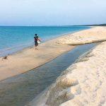 美保湾、弓ヶ浜で釣り場を求める青年