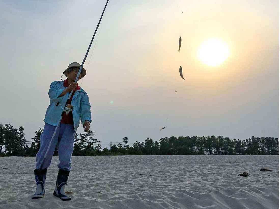 弓ヶ浜で鱚を釣る人