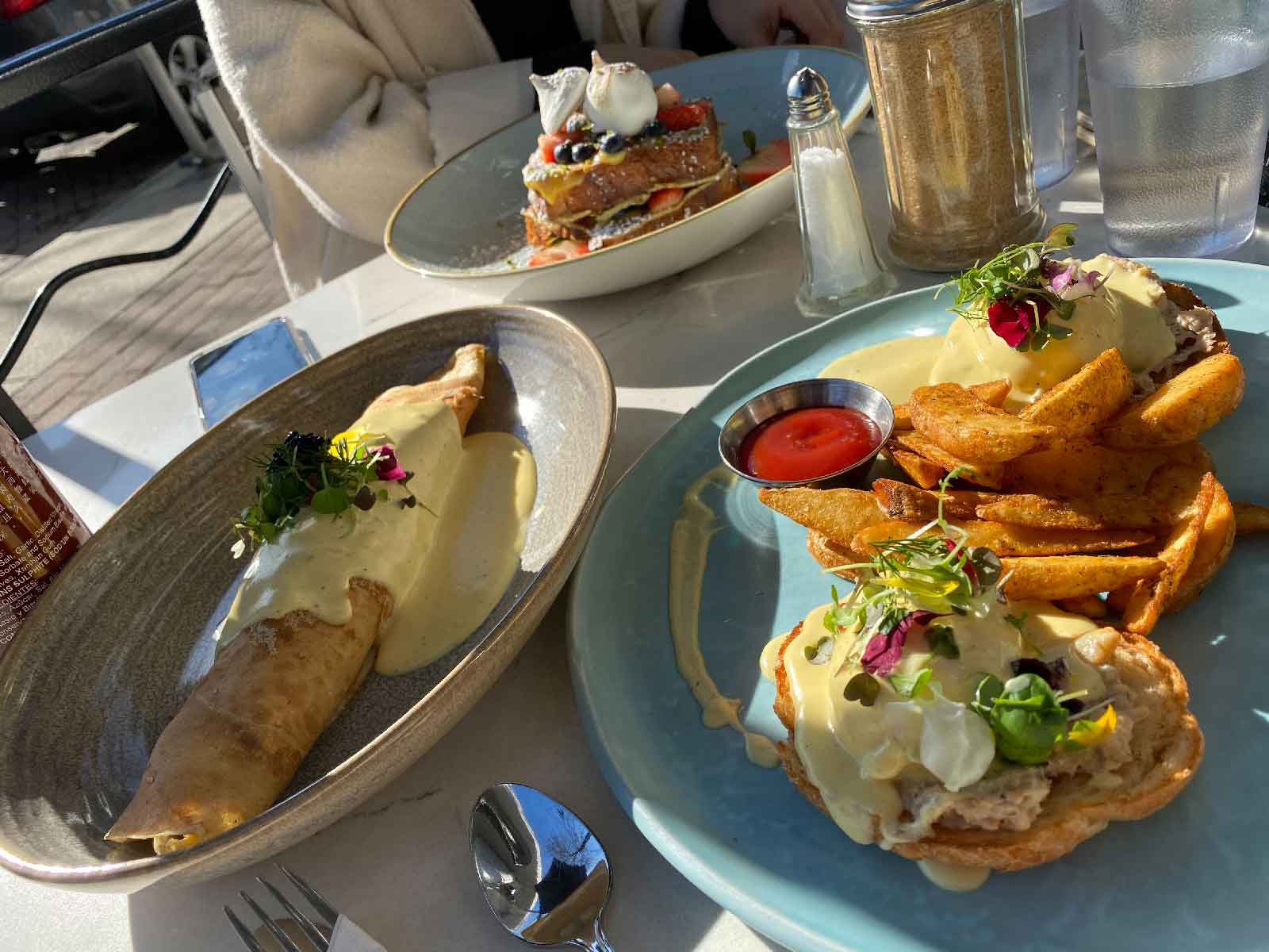 (写真左) Canadian Lobster & Shrimp Crepe ($22) (写真右) Holy Crab Benny ($21)