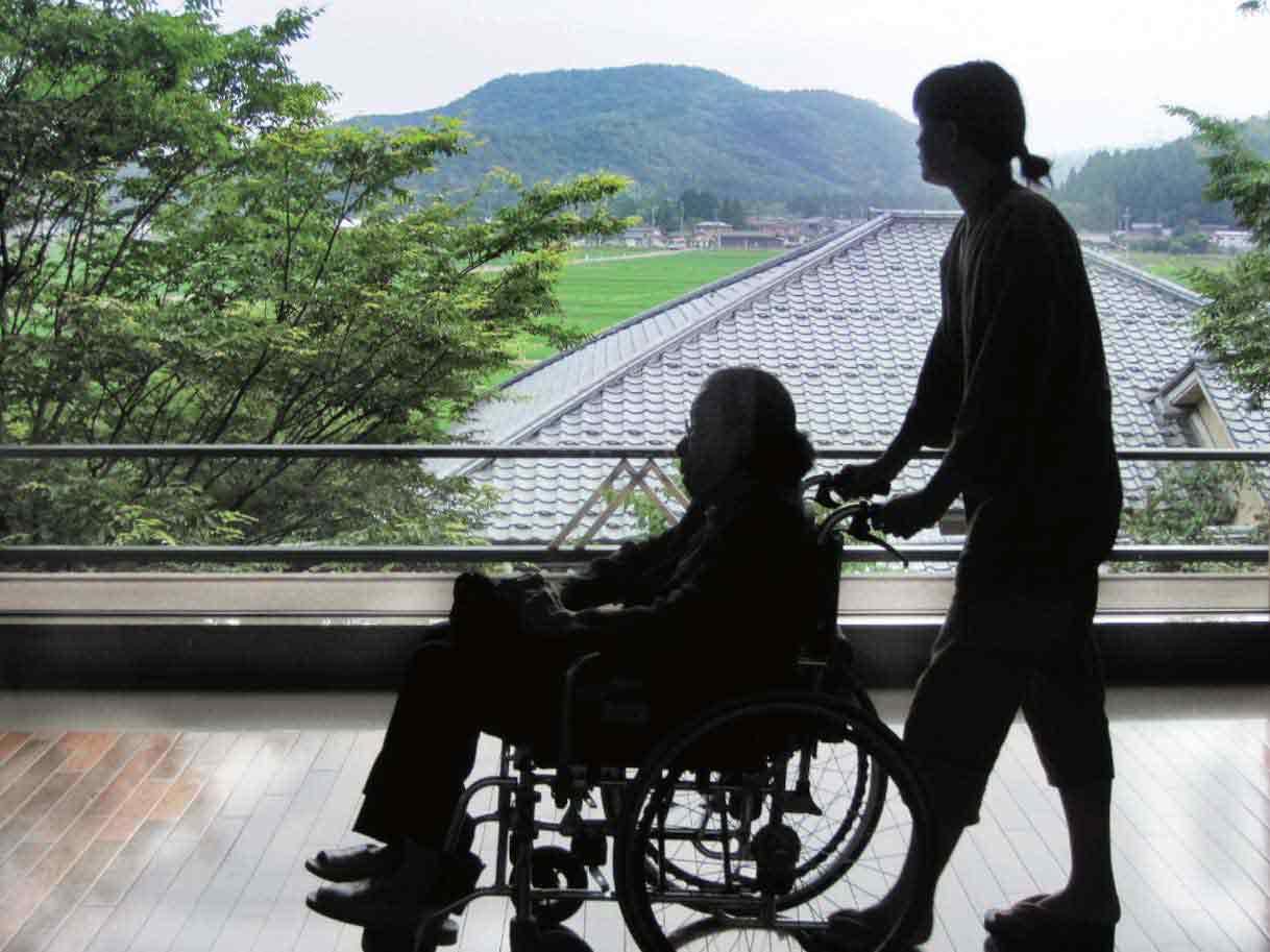 新潟のホテルで母の車椅子を押す娘