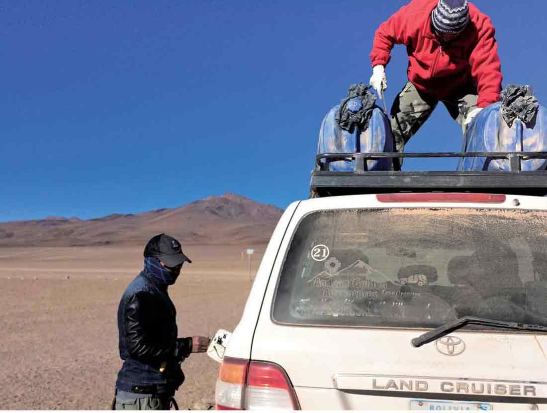 標高4000mのボリビア高原を走るSUVの点検