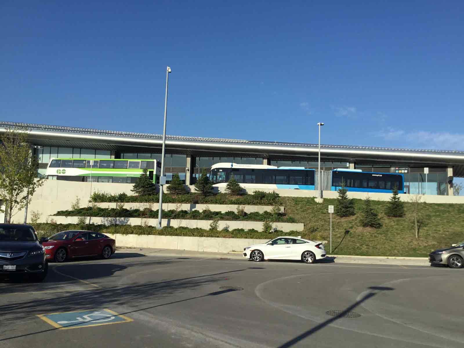 2階建てバスと超ロングバスのコラボ