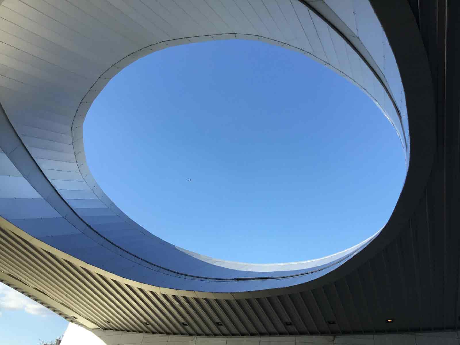 穴の開いた天井から見える飛行機」