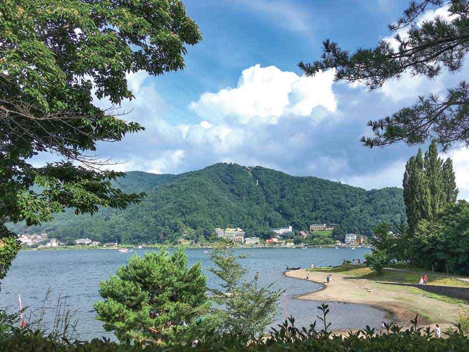 ホテルから見た河口湖畔