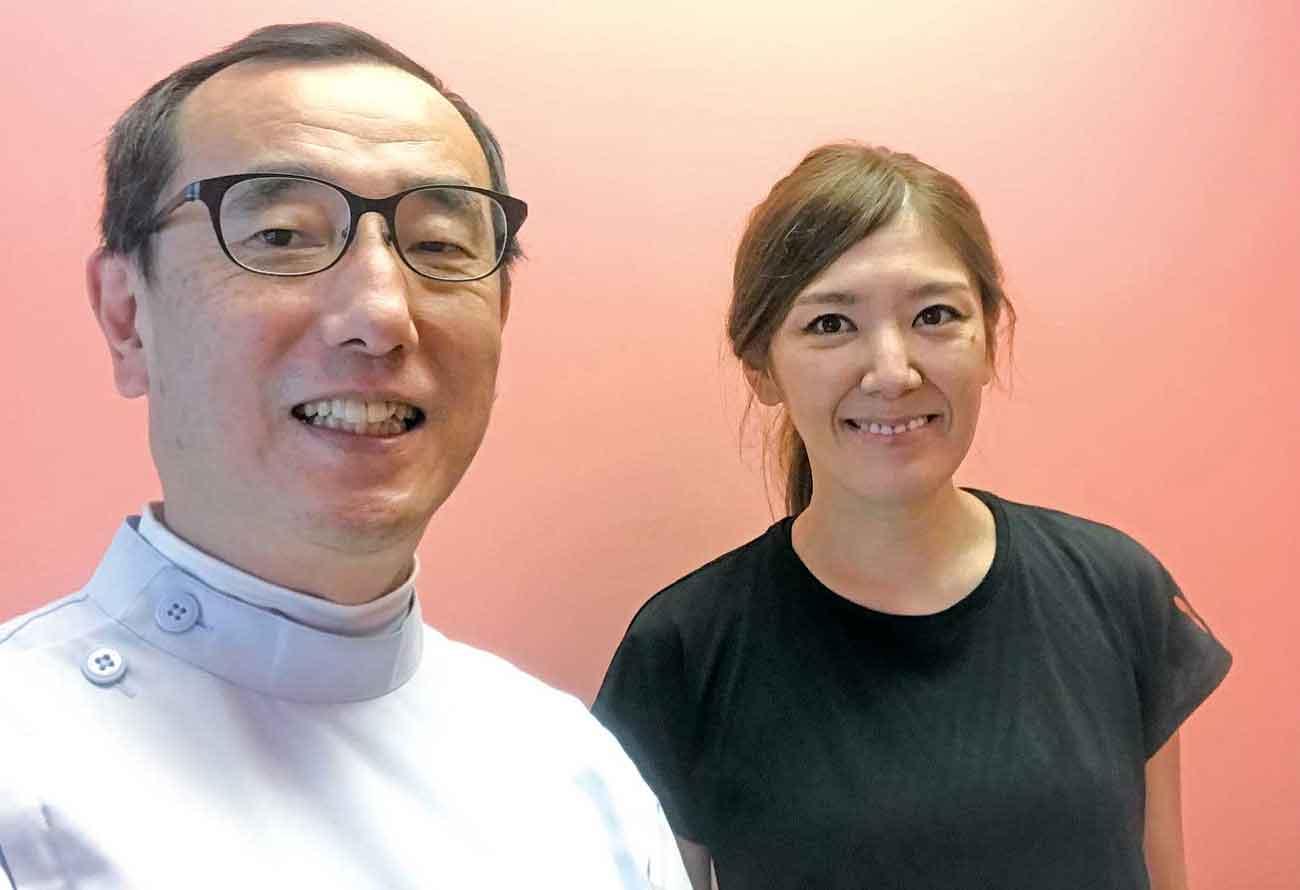 相馬枝里子さん(右)とマッサージセラピストの青嶋正さん(左)